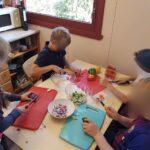 Küchenhelfer bei der Arbeid
